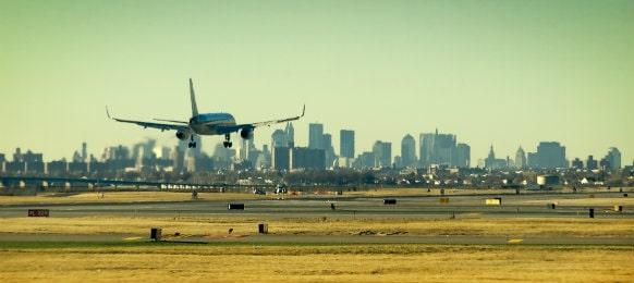 plane landing at the ariport terminal